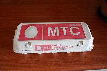 Логотип МТС на упаковках с яйцами